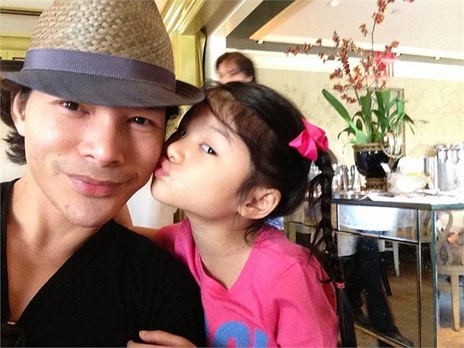 Cô con gái đáng yêu của Trần Bảo Sơn, Trương Ngọc Ánh quấn quýt bên bố. Bé Bảo Tiên vẫn hay được báo chí yêu mến gọi Suri của Việt Nam.