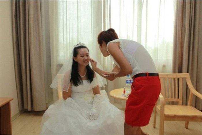 Để tiết kiệm chi phí tổ chức đám cưới, chị đã nhờ một người thân trang điểm giúp mình thay vì mướn người khác.