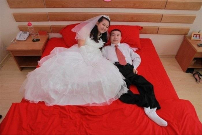 Vợ chồng son chụp ảnh cưới với nhau.
