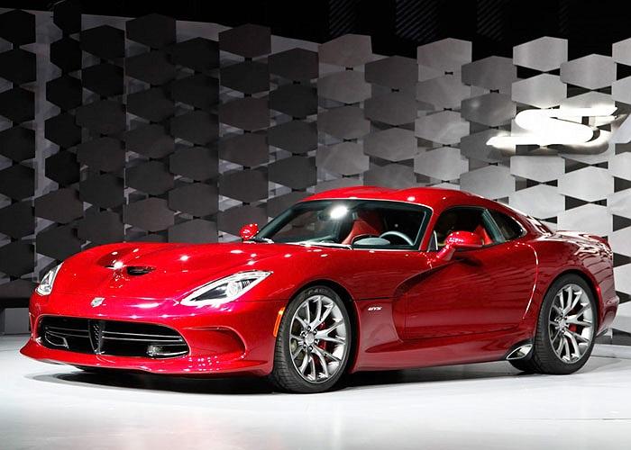 9. SRT Viper. Giá bán: 97.395 USD. Dưới nắp ca-pô mẫu xe thể thao của Chrysler là động cơ 8.4L V10 640 mã lực. Tăng tốc từ 0-96 km/h dưới 3.5 giây, xe chạm tốc độ tối đa 331 km/h.