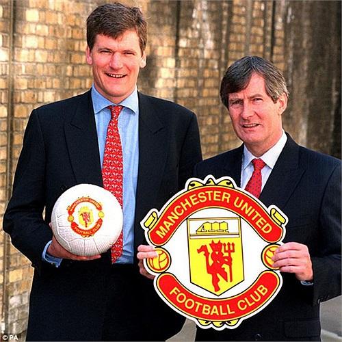 David Gill (trái) tới MU năm 1997, với cương vị giám đốc tài chính