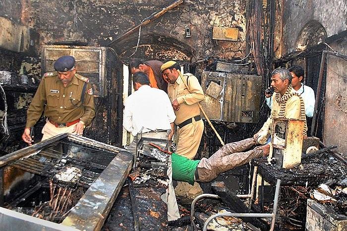Cảnh sát và nhân viên cứu hộ đang làm việc cật lực tại hiện trường vụ tai nạn ga tàu hỏa ở Vidisha, Ấn Độ