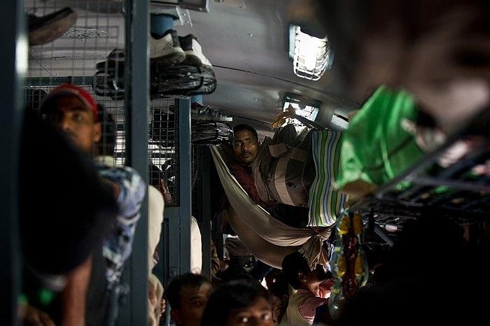 Du khách trên một chuyến tàu hỏa ở New Delhi, Ấn Độ