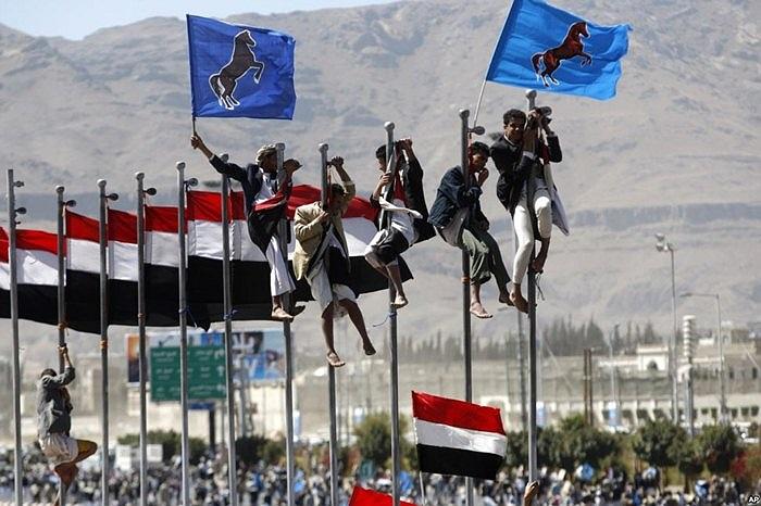 Những người ủng hộ cựu Tổng thống Yemen Ali Abdullah Saleh trèo lên cột cờ trong ngày chuyển giao quyền lực