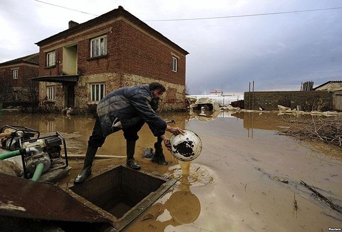 Người đàn ông đang cứu lũ tại nhà của mình ở Macedonia