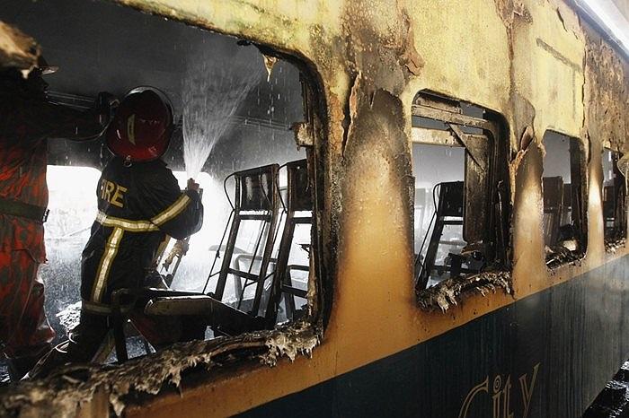 Lính cứu hỏa làm việc trong một toa tàu bốc cháy ở Dhaka, Bangladesh