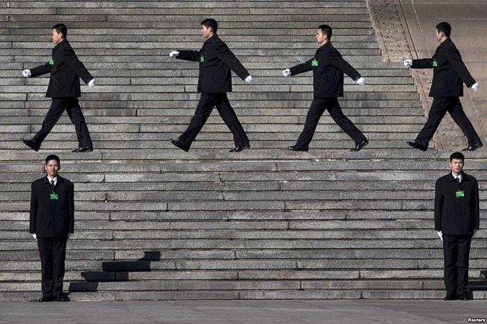 Nhân viên an ninh Trung Quốc làm công tác bảo vệ bên ngoài Đại lễ đường Nhân dân ở Bắc Kinh