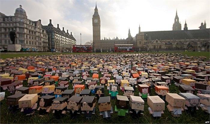 Hàng ngàn búp bê bằng bìa các tông bên ngoài tòa nhà Quốc hội Anh