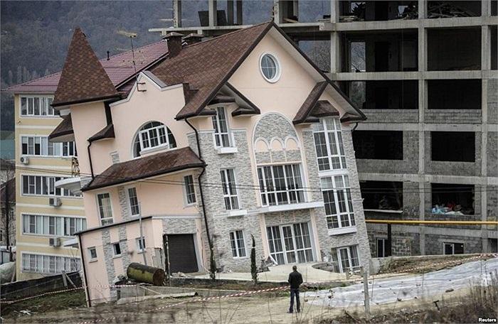 Một tòa nhà bị nghiêng lún tại vùng Biển Đen, Nga