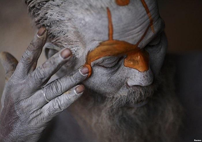 Người theo đạo Hindu đang hóa trang trong lễ hội ở Kathmandu, Nepal