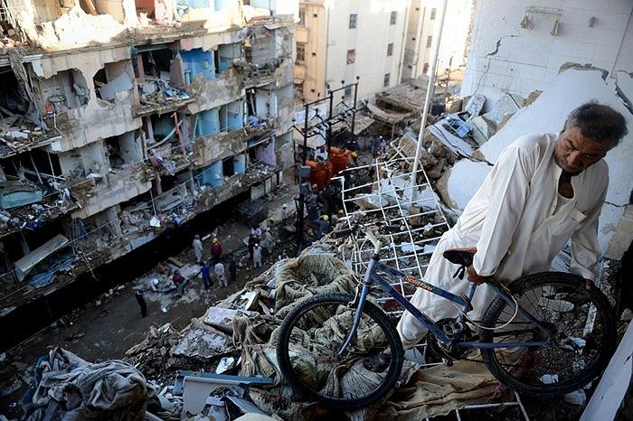 Hiện trường tan hoang sau vụ nổ bom ở Karachi, Pakistan