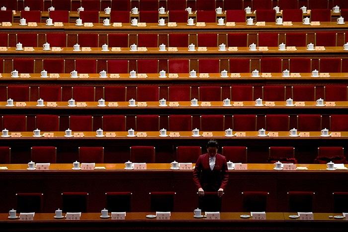 Từng chiếc ghế, bảng tên, cốc nước được bày biện đều tăm tắp trong phòng họp Quốc vụ viện Trung Quốc