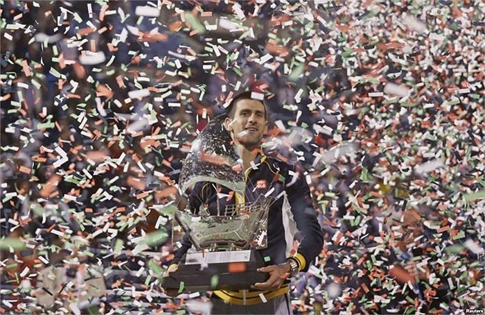 Cây vợt Novak Djokovic người Serbia nâng chiếc cúp vô địch trong giải ATP Dubai vừa qua