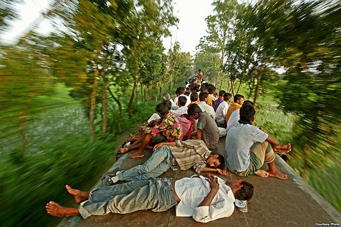 Mạo hiểm tính mạng trên nóc tàu hỏa ở Bangladesh, đa phần những người này đều vào thành phố với hy vọng được thuê làm công việc chân tay