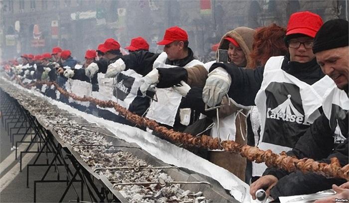 Xiên thịt dài 150m ở Ukraine
