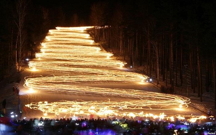 Hàng trăm vận động viên trượt tuyết cầm theo đuốc tạo nên quang cảnh ngoạn mục ở thành phố Krasnoyarsk, vùng Siberia, Nga