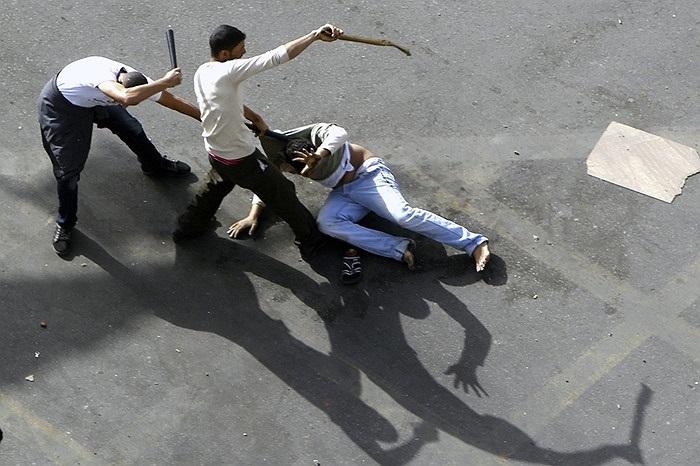 Một người biểu tình bị đánh đập trên đường phố Cairo