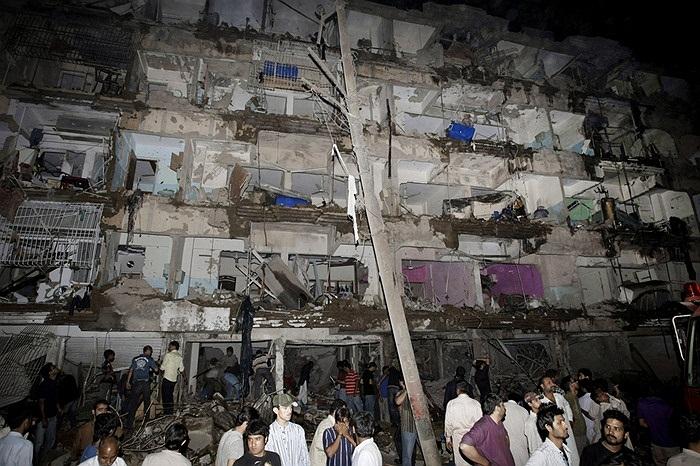 Quang cảnh hoang tàn sau vụ đánh bom ở Karachi, Pakistan khiến 37 người chết, 141 người bị thương