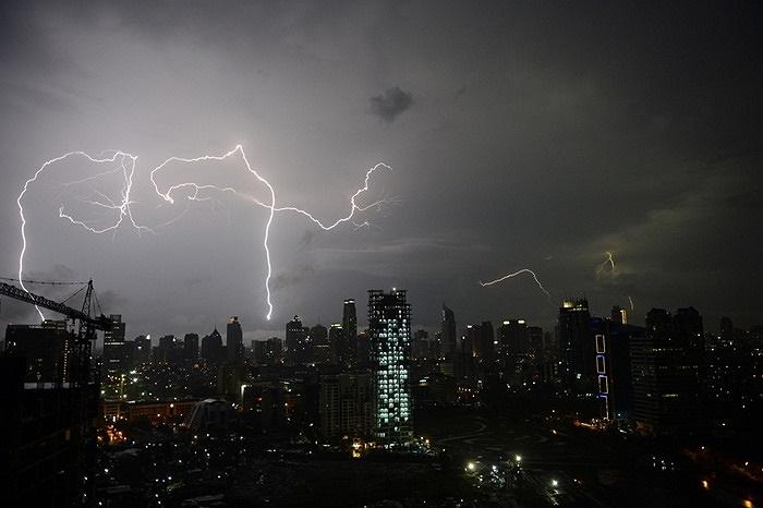 Nhưng tia sét xé toang màn đêm ở Jakarta, Indonesia