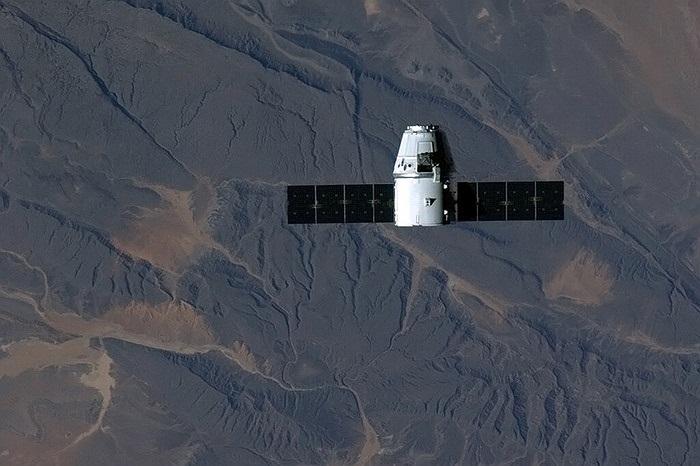 Tàu vũ trụ không người lái Spcace X bay qua sa mạc Sahara ở châu Phi
