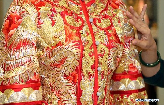 Những thiết kế váy cưới cầu kỳ, lấy màu đỏ làm chủ đạo khá được ưa chuộng ở Trung Quốc, theo Tân Hoa xã