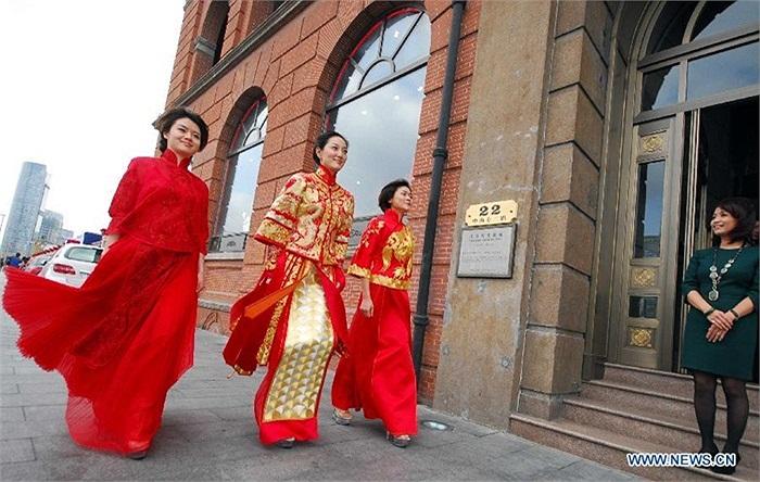 Những cô dâu rạng rỡ trên phố xá Thượng Hải
