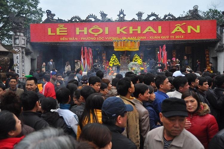 Sáng nay (24/2) BTC lễ hội Đền Trần sẽ phát 50.000 ấn cho nhân dân và du khách thập phương.