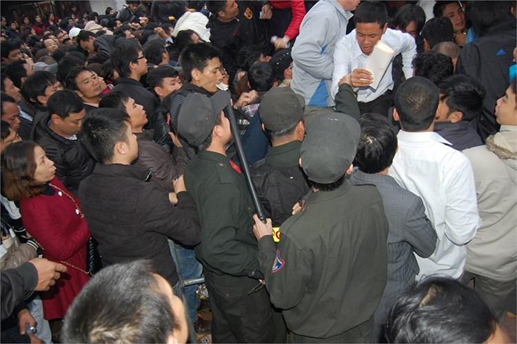 Lực lượng chức năng có mặt những bất lực với đám đông