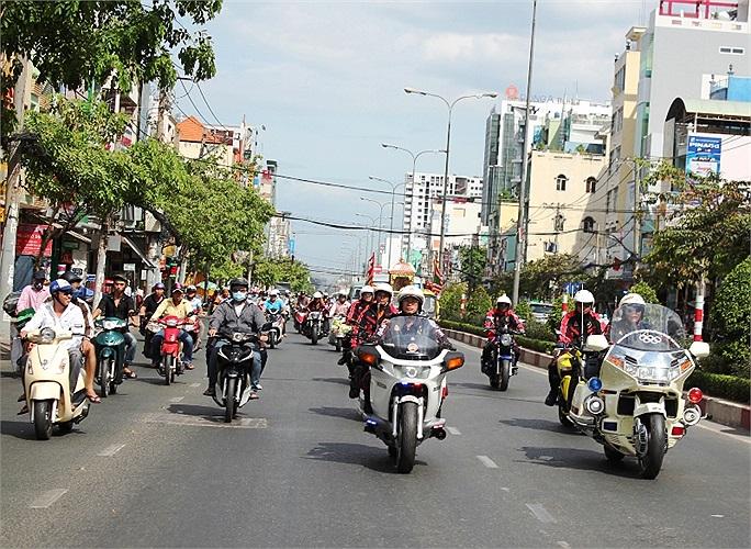 Dẫn đầu đoàn Moto là hai chiếc màu trắng..