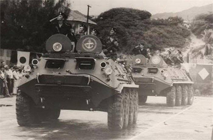 Đội hình xe bọc thép BTR của lực lượng Hải quân Đánh bộ Liên Xô diễu hành qua lễ đài Cam Ranh ngày 7/11/1987