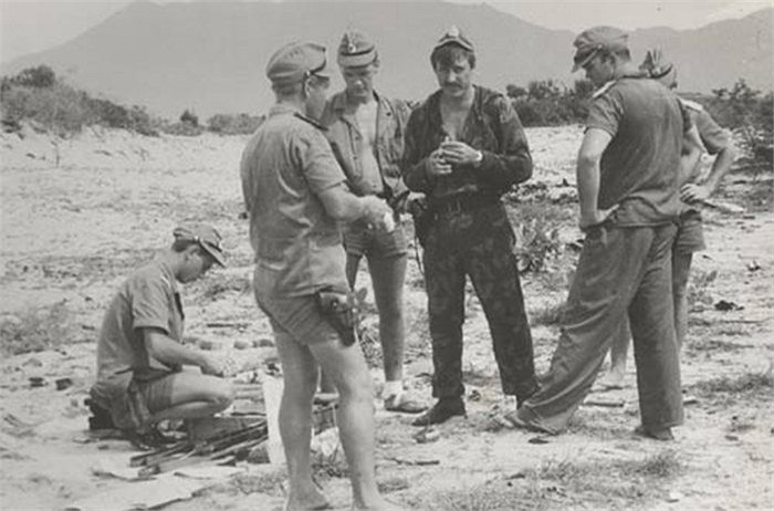 Binh lính Hải quân Đánh bộ Liên Xô trong buổi huấn luyện bắn đạn thật trong căn cứ Cam Ranh