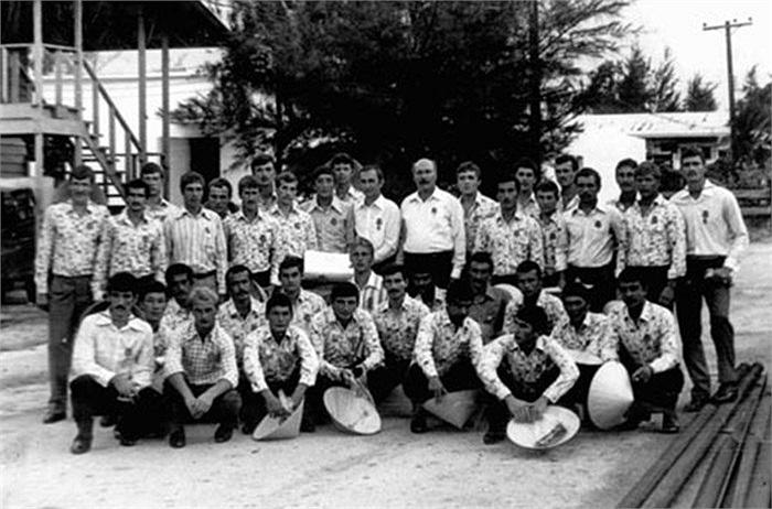 Những người lính Hải quân Liên Xô du lịch và đem về làm kỷ niệm chiếc nón của phụ nữ Việt Nam năm 1980