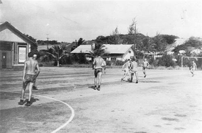 Binh lính Liên Xô chơi bóng đá tại Cam Ranh năm 1985