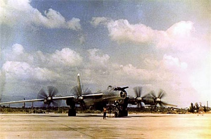 Máy bay tuần tra săn ngầm tầm xa Tu-142 tại sân bay trong tổ hợp căn cứ quân sự ở Cam Ranh