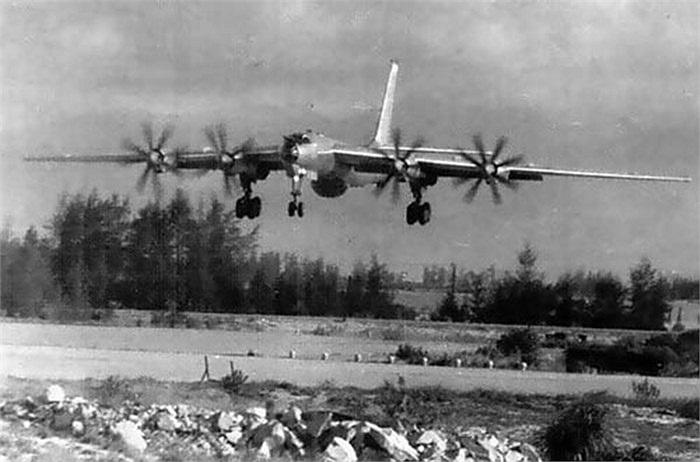 Máy bay Tu-142 hạ cánh xuống sân bay ở Cam Ranh