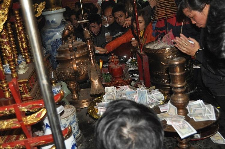 Tiền lẻ được bỏ đầy khu vực bàn thờ