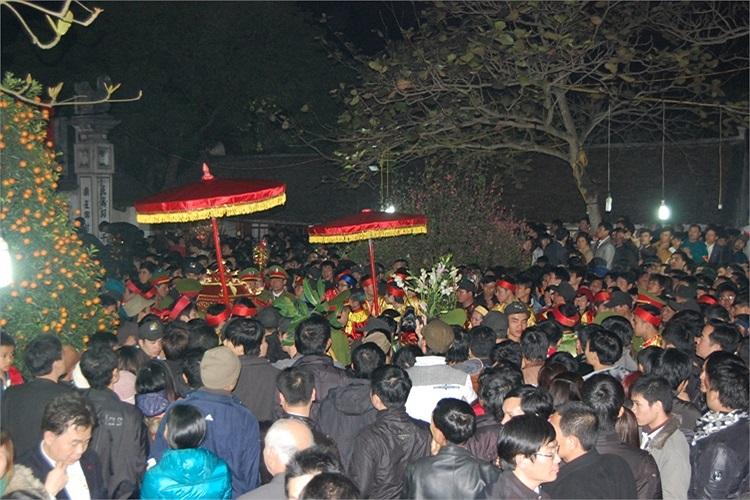 Dòng người tiến vào phủ Thiên Trường ngày càng đông