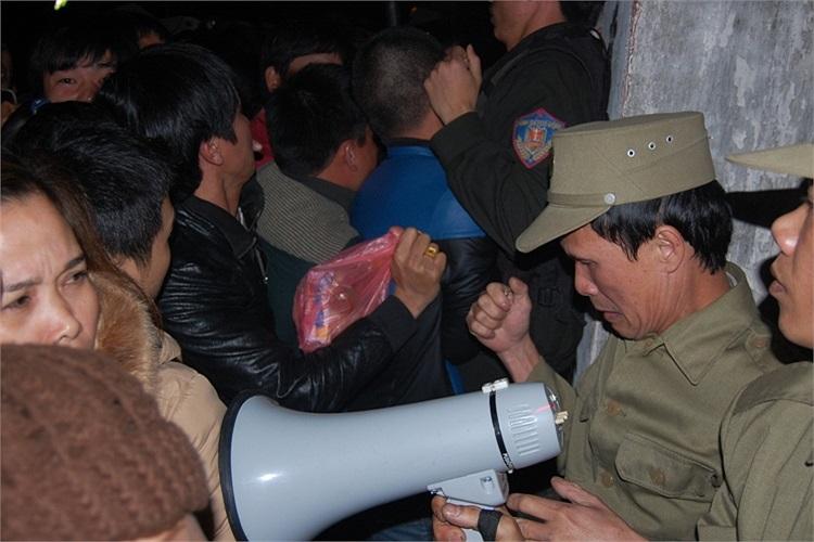 Lực lượng chức năng bất lực trước đám đông
