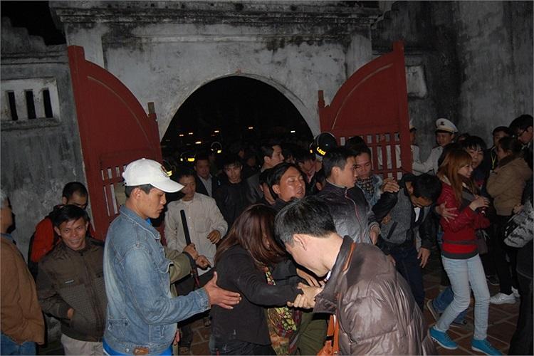 Đám đông ùa vào bên trong đền vào thời điểm 0h