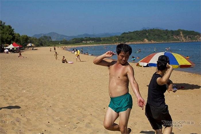 Người dân khiêu vũ ở bãi biển Majon