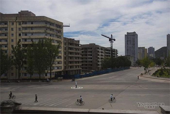 Cảnh sát giao thông điều khiểu phương tiện tại ngã tư ở Bình Nhưỡng