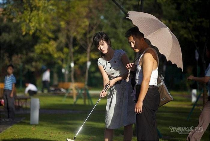 Thanh niên nam nữ chơi golf ở Bình Nhưỡng