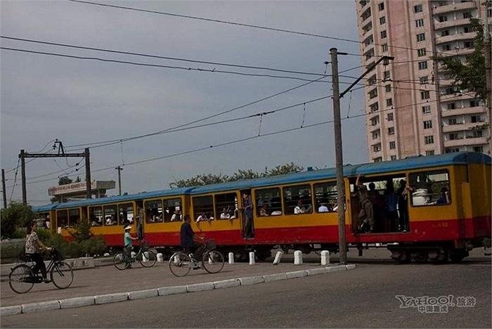 Một tàu hỏa đi qua thành phố ở Triều Tiên