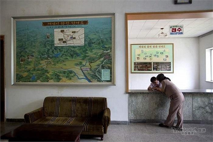 Một khách nước ngoài ở quầy lễ tân khách sạn của Bình Nhưỡng