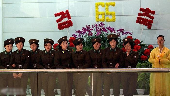 Các nữ quân nhân thăm quan vườn hoa Kim Nhật Thành