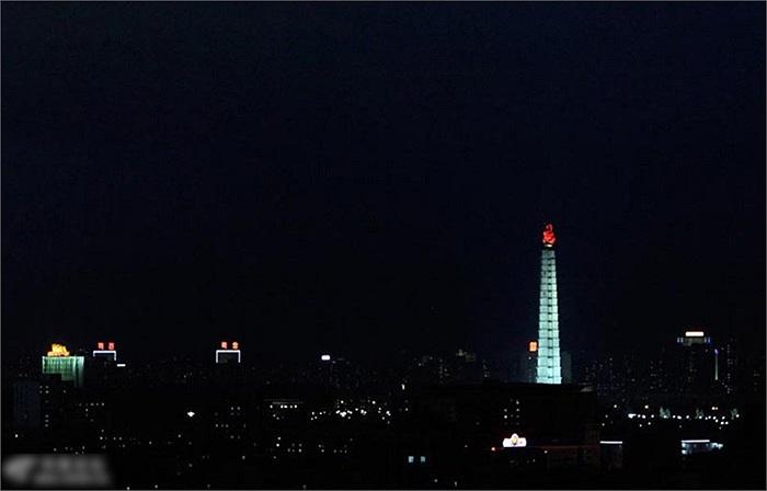 Tháp tư tưởng Chủ thể phát sáng vào ban đêm ở Bình Nhưỡng