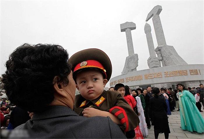 Người Triều Tiên chơi gần tượng đài kỷ niêm đảng lao động Bình Nhưỡng