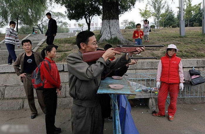 Chơi bắn súng ở gần sông Đại Đồng, Bình Nhưỡng
