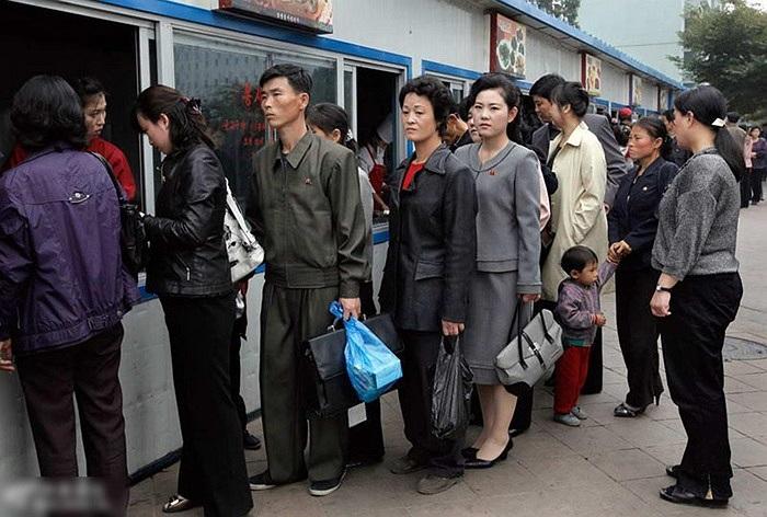 Người dân xếp hàng mua thực phẩm ở Bình Nhưỡng