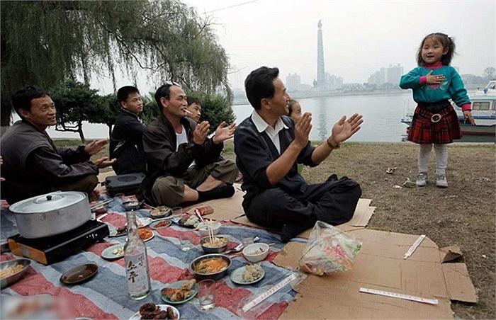 Dân Bình Nhưỡng đi dã ngoại, ăn uống bên sống Đại Đồng